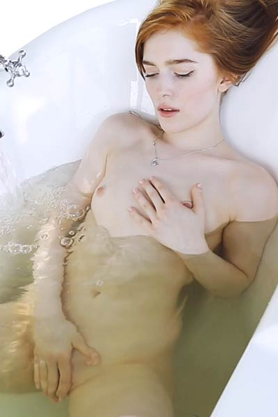 Model Jia Lissa in Bath Games